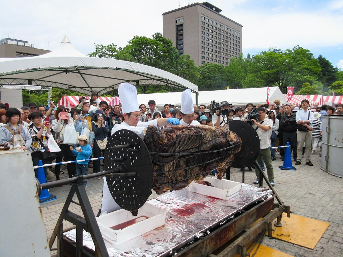 昨年の「食肉まつり」の様子。黒毛和牛の丸焼きは、シェフがその場で切り分けて提供する