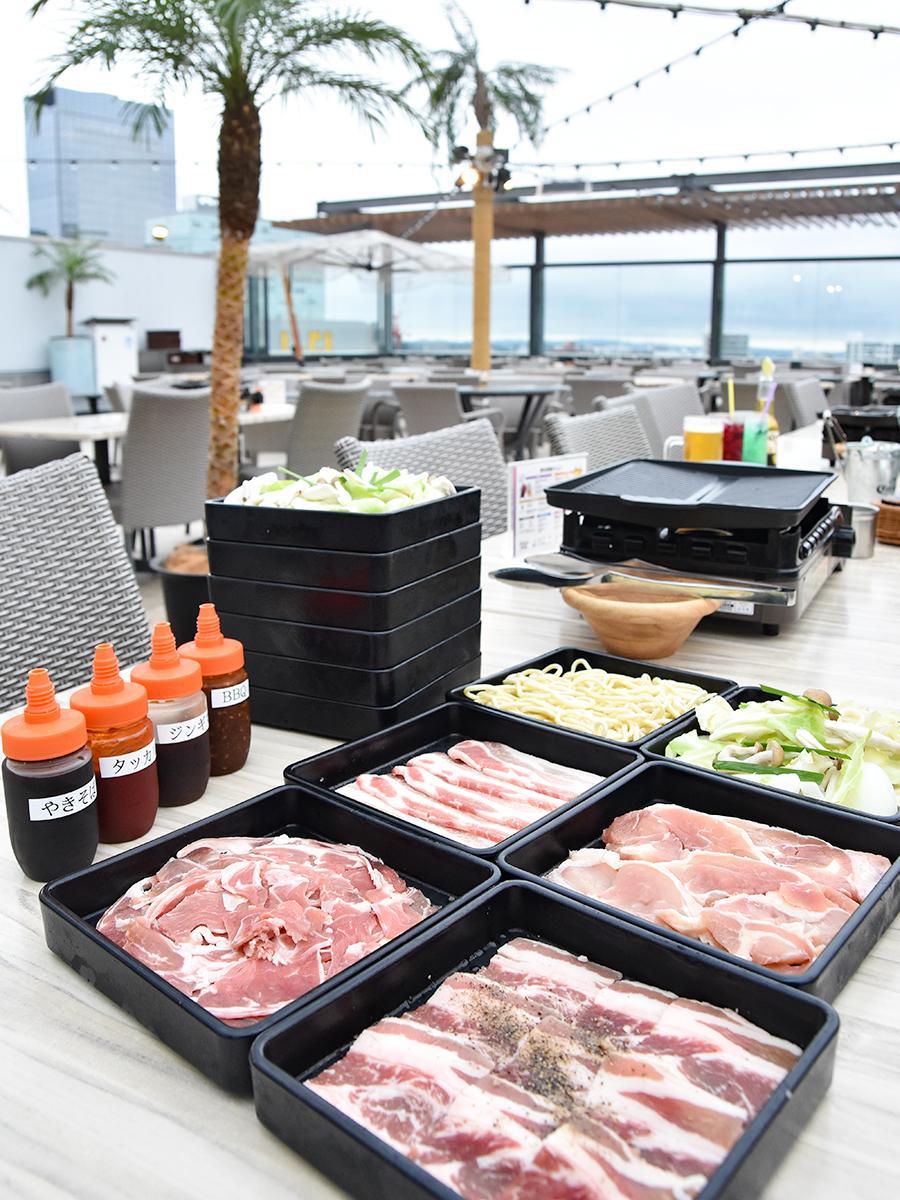 4種類の肉と焼き野菜、焼きそばなどが食べ放題の「アロハBBQビアガーデン」