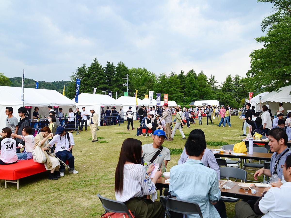 「東北絆まつり」に合わせて昨年初めて行われた「日本酒と西公園」会場の様子