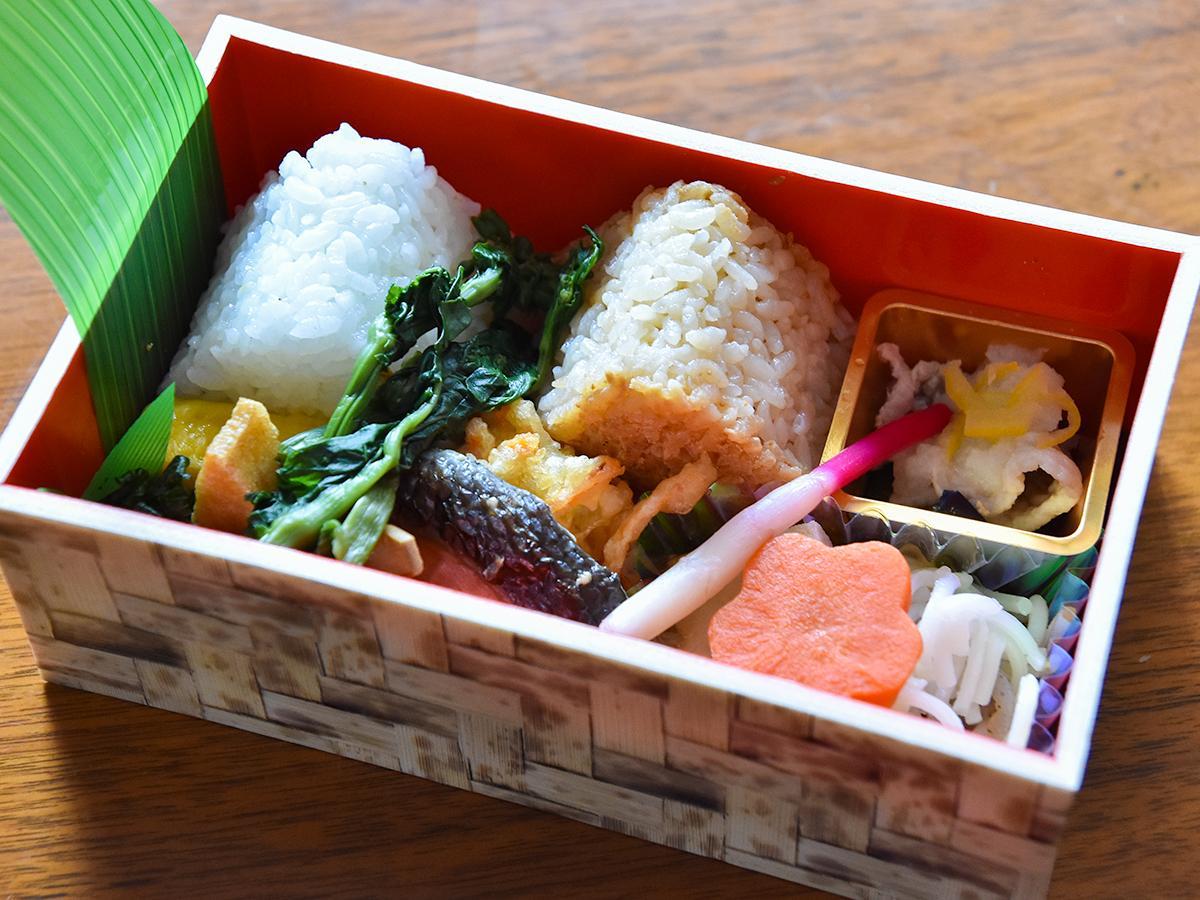 大崎産ささ結の塩むすびとみそむすび、大崎地域の食材を使ったおかずが詰まった「世界農業遺産認定記念おにぎり弁当」