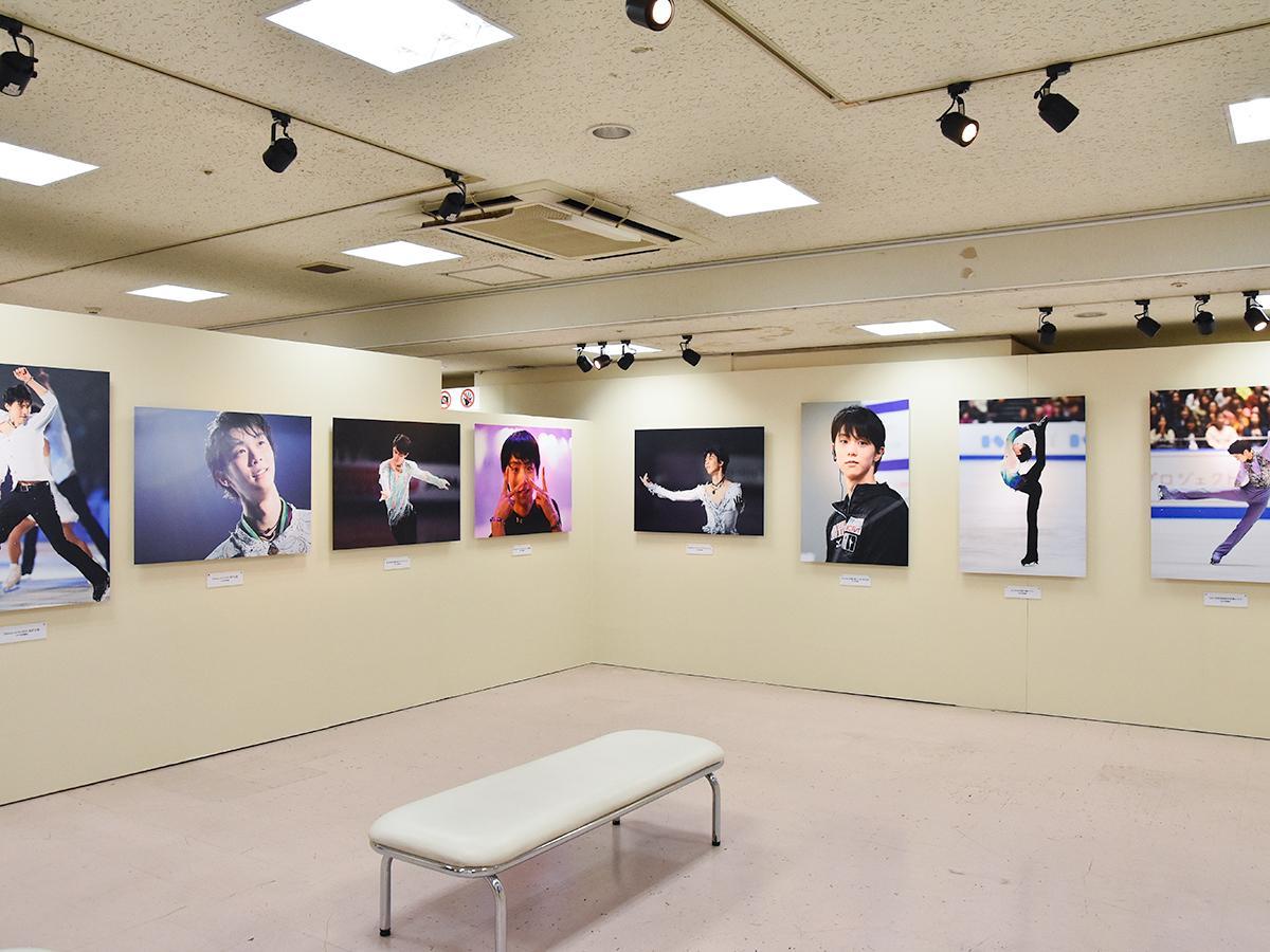 スポーツフォトグラファーの田中宣明さんと能登直さんが撮影した写真の展示