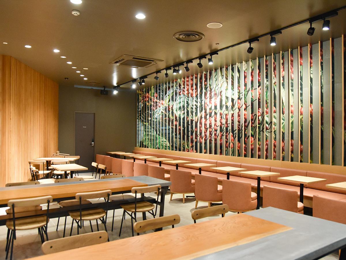 リニューアルした店内。「規則的に美しく並ぶ林の姿」をイメージし、「レンチキュラーアート」を施す壁も
