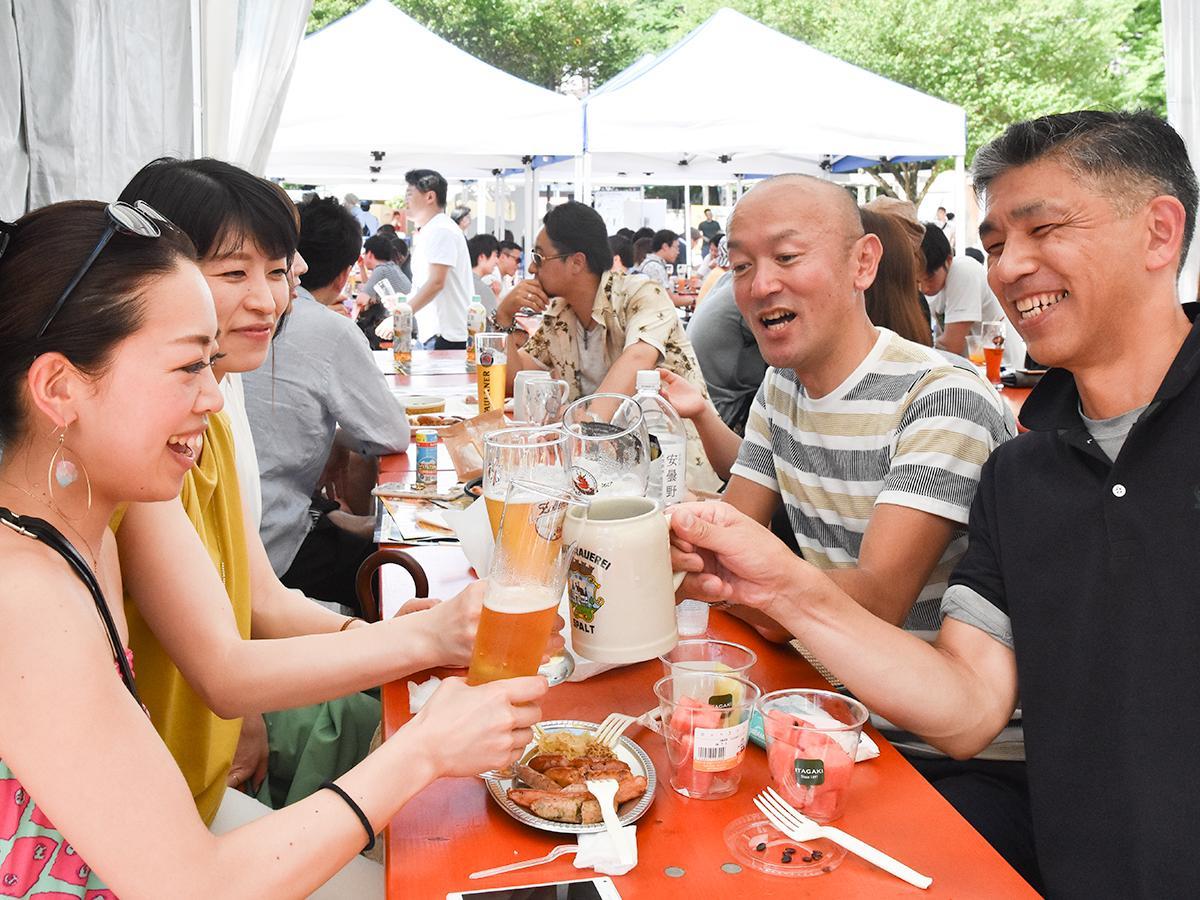 最初の週末、最高気温が30度を超えビール日和となった7月1日の会場の様子