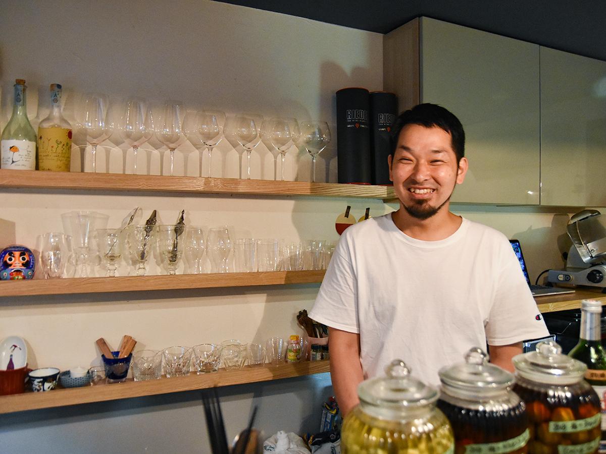 「ワインバー バリカンテ」店主の永井健行さん。会話を楽しみに訪れる常連客も多い