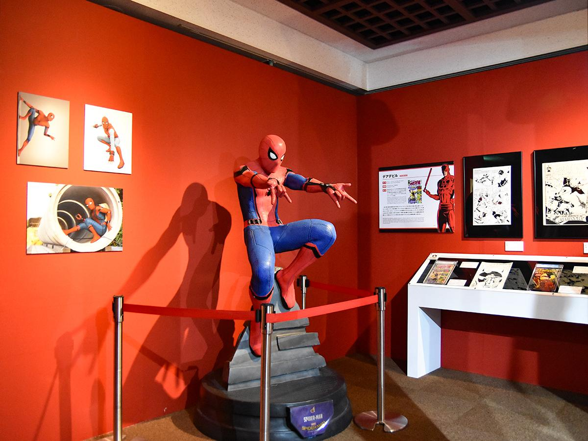 ヒーローの戦う姿と日常の姿を紹介する「HERO」セクション。スパイダーマンの展示 ©2018 MARVEL