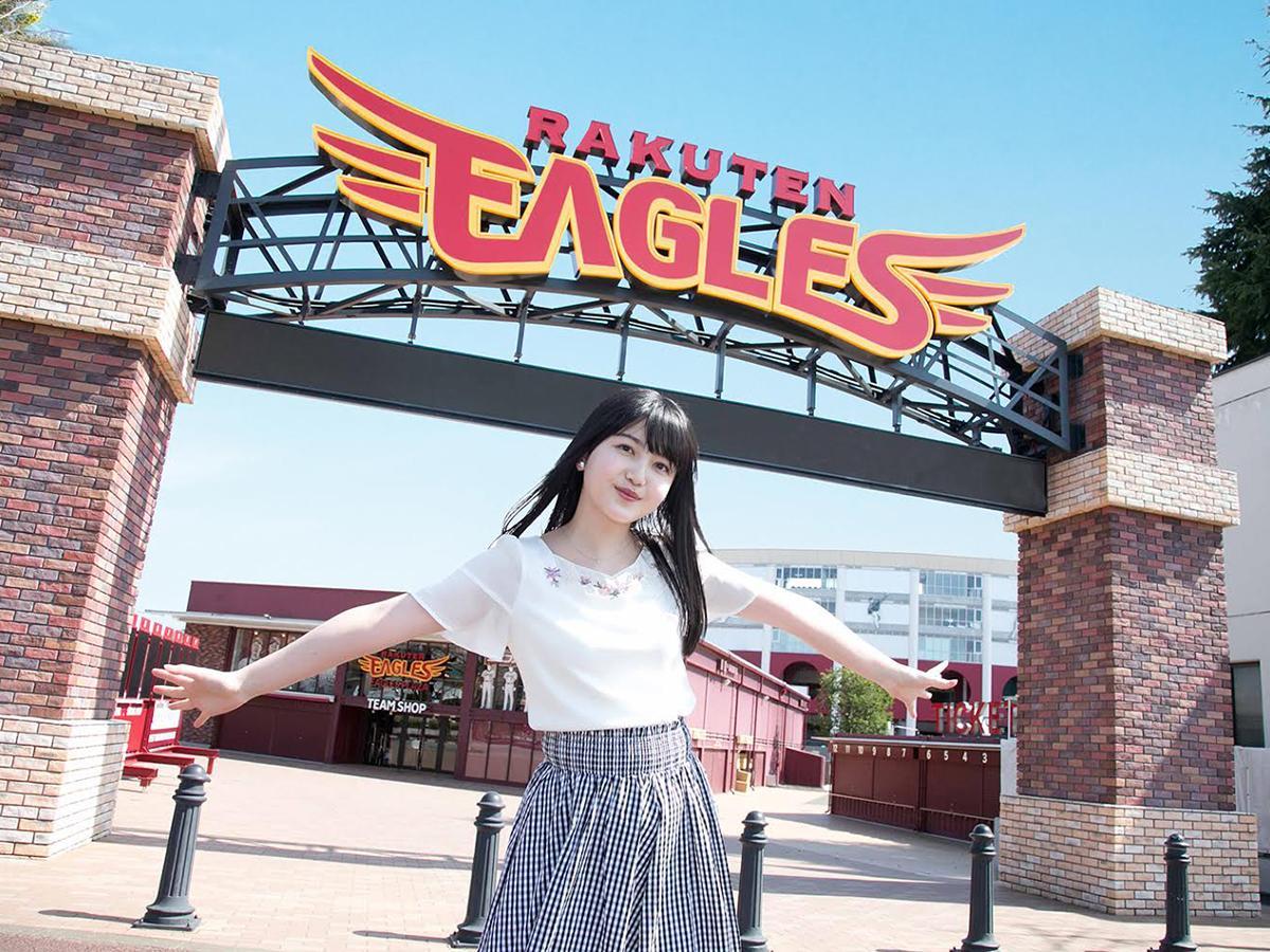 7月31日に公開される「楽天イーグルス篇」の1カット。久保さんがかつてパフォーマンスをしていた楽天イーグルスのホームスタジアムを訪れる