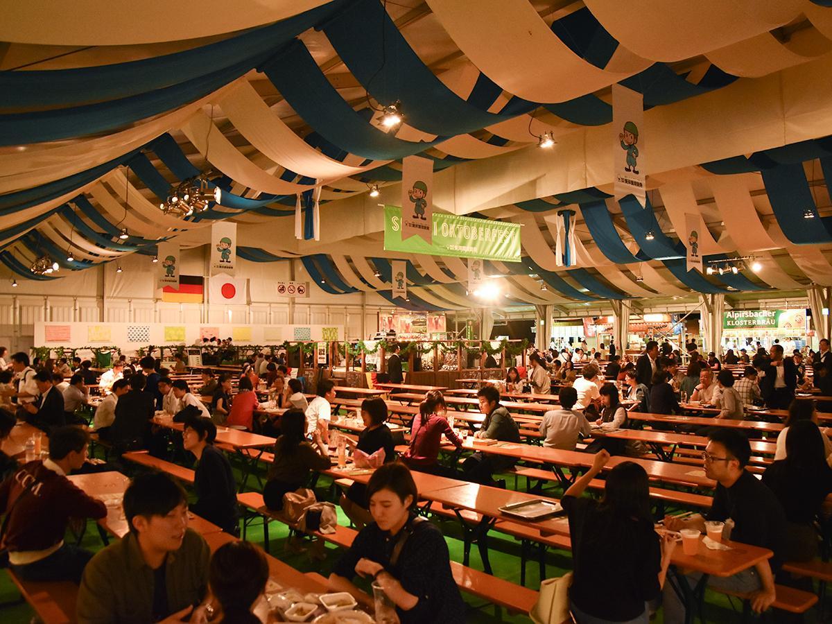 約2000人を収容する「ブルーテント」開幕初日の夜の様子
