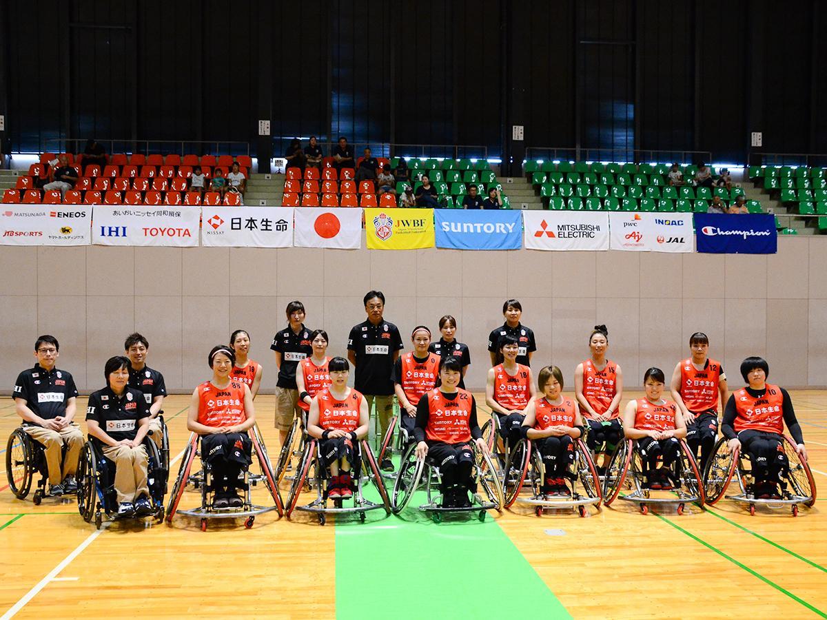 角田市総合体育館で強化合宿を開始した車いすバスケットボール女子日本代表とスタッフ