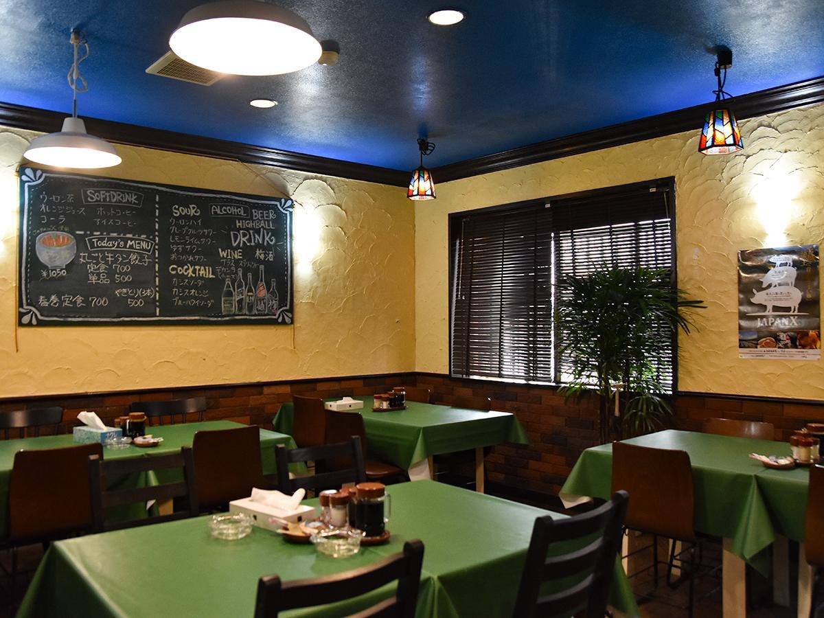 青い天井に緑のテーブルクロス、黄土色の壁で落ち着いた雰囲気の店内