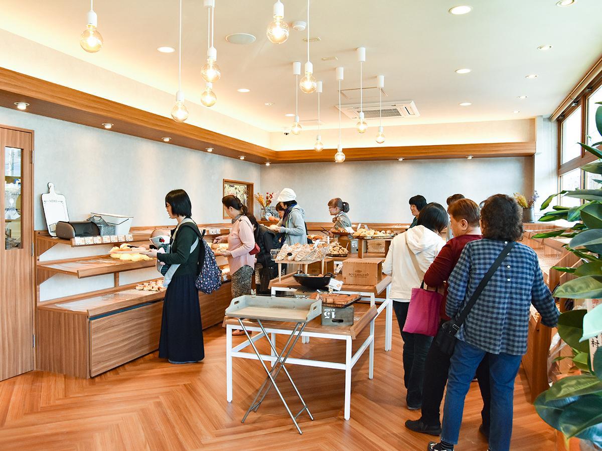 18日のプレオープン初日朝の店内。グランドオープン時には約80種類のパンが並ぶ