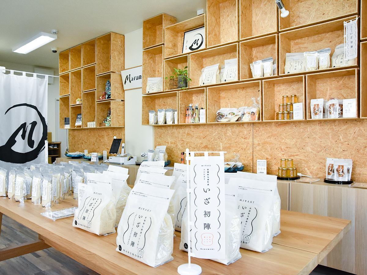 新ブランド米「いざ初陣」など丸森町産の特産品が並ぶ「マルフォリア」店内