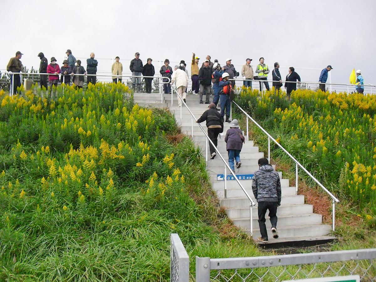 昨年の「津波防災の日」に行われた津波避難訓練で避難階段の上部に避難する様子