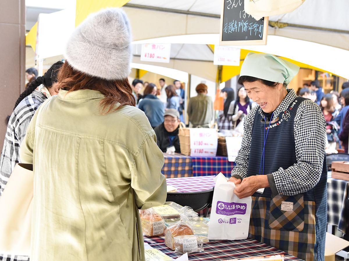 「とうほくパンフェス2018」初日の様子。来場者は目当てのパンを買い求め、出店者との交流を楽しんでいた