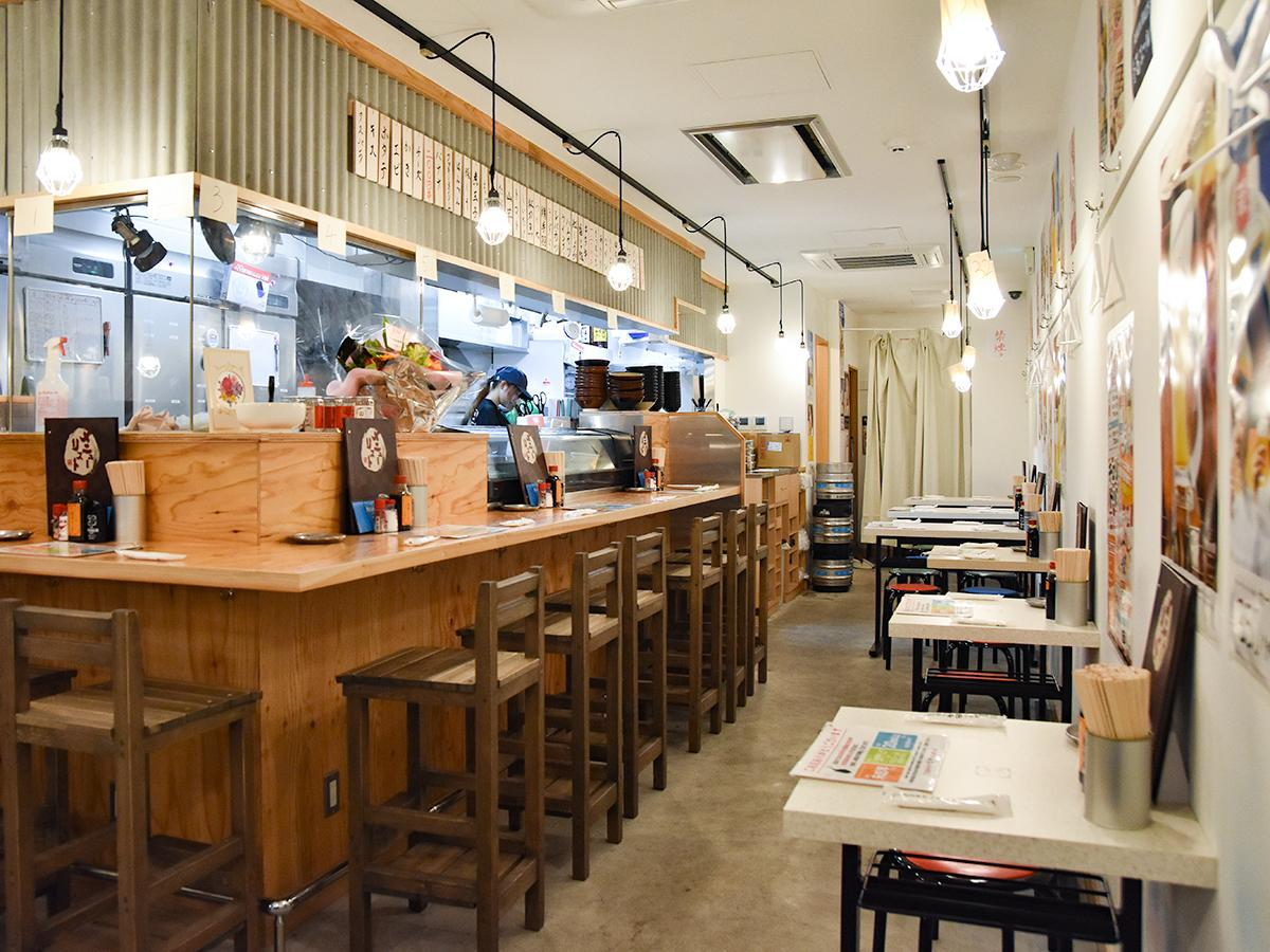 「串カツ田中」国分町通り店の店内。串カツ田中は6月、全店舗で全席禁煙化に踏み切った