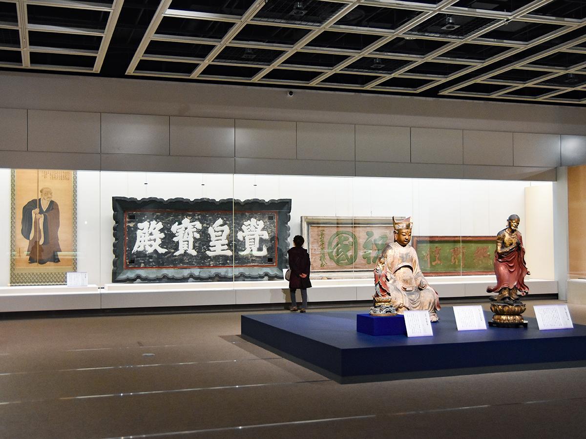 第2章「綱村の親政」の展示。「木造 迦葉尊者立像」(手前右)、「木造 華光菩薩倚像」(手前左、以上大年寺像)