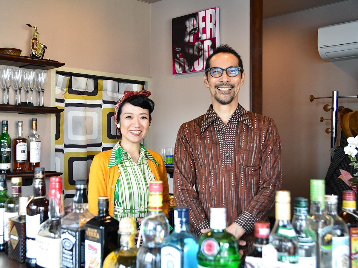 JB愛好家として知られる店主の佐藤潔さん(右)と妻の保奈美さん。「妻の協力がなければオープンすることはできなかった」と佐藤さん