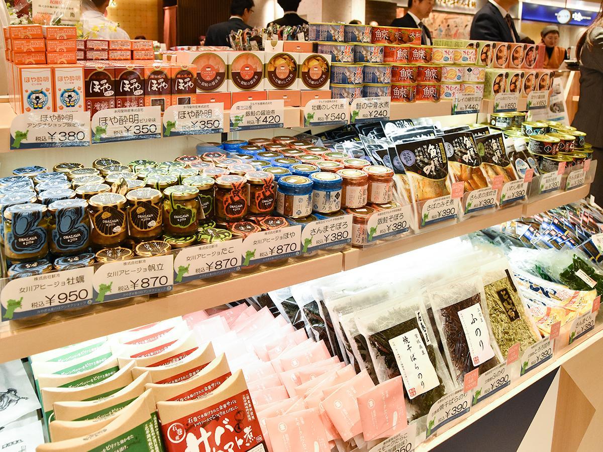 「ほや酔明」や鯨の缶詰、「女川アヒージョ」、乾物など宮城の水産加工品がずらりと並ぶ棚