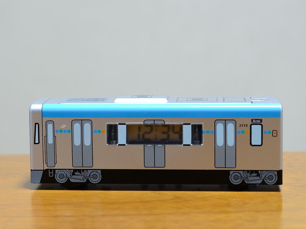 地下鉄東西線「電車型目覚まし時計」。側面に時刻がデジタル表示される