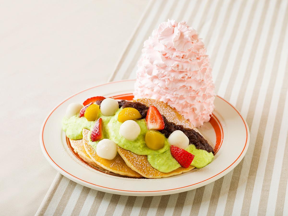 ずんだソース、イチゴ、栗、白玉、ぜんざいをトッピングし、ストロベリーホイップクリームを盛り付けた「ずんだパンケーキ」