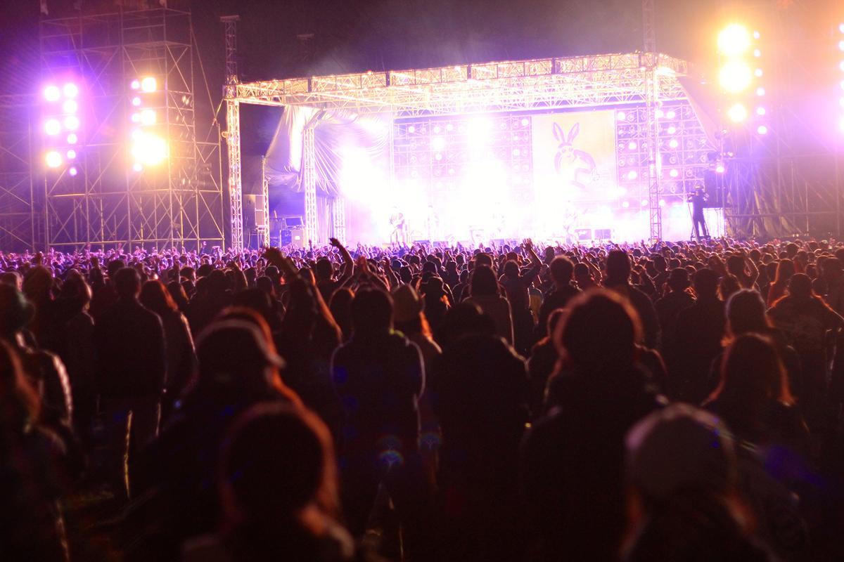 過去最多5万5000人を動員した昨年の「ARABAKI ROCK FEST.」。夜のステージの様子