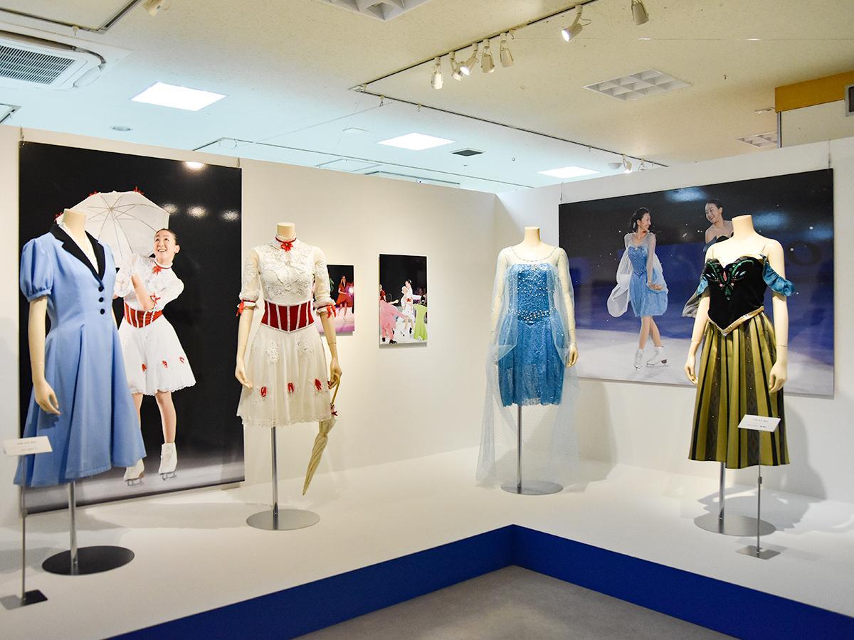 「THE ICE」の浅田真央さん(左から2つ目、4つ目)と姉の舞さんの衣装