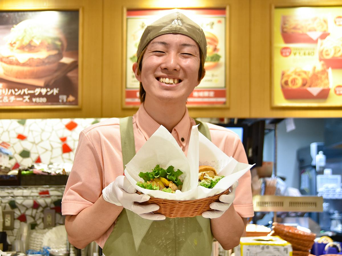 限定商品を笑顔でアピールするモスバーガー仙台西口店スタッフ
