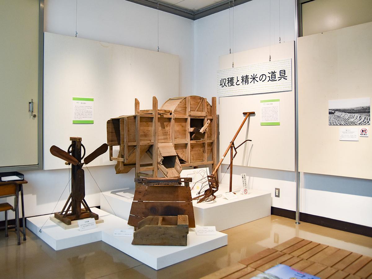 機械化される前の収穫と精米の道具の展示