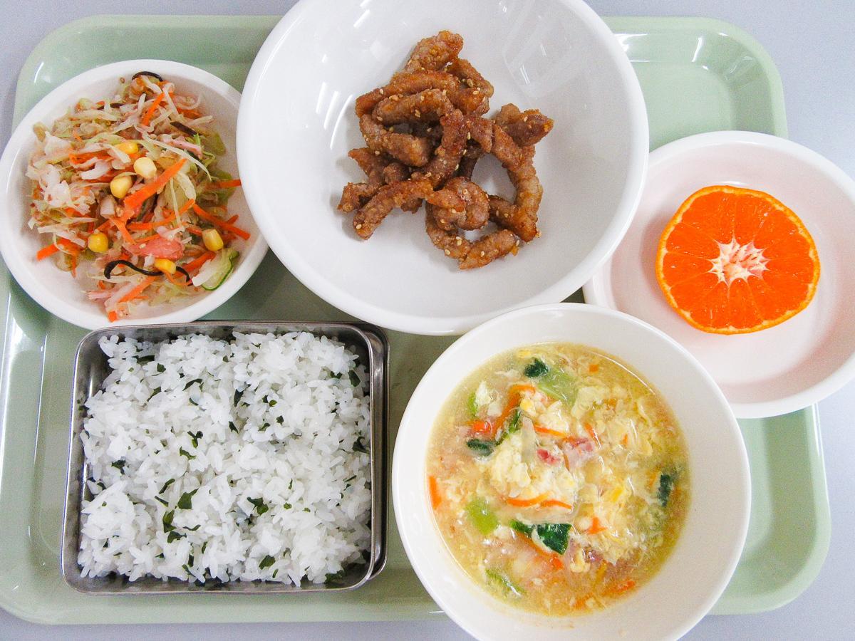 23日に提供する七郷小の献立。(左上から時計回りで)りっちゃんサラダ・豚肉のかりん揚げ・ミカン・卵スープ・わかめご飯