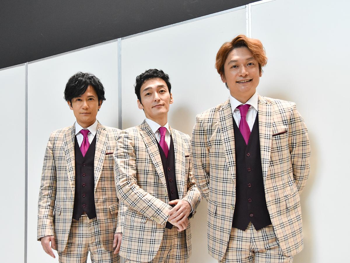 10日の1回目公演後、囲み取材に応じる(左から)稲垣さん、草なぎさん、香取さん