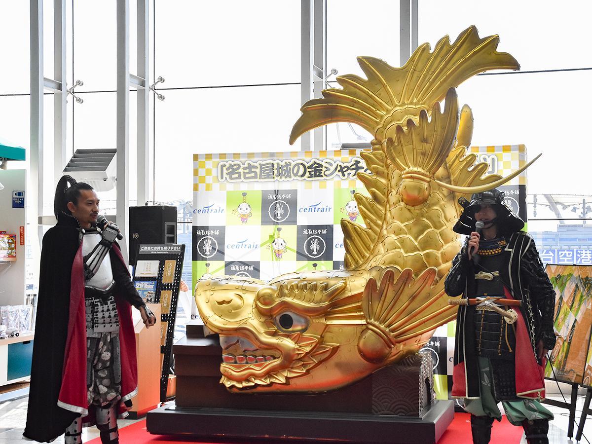 「金のシャチホコ」を間に挟んでトークを繰り広げる織田信長さん(左)と伊達政宗さん