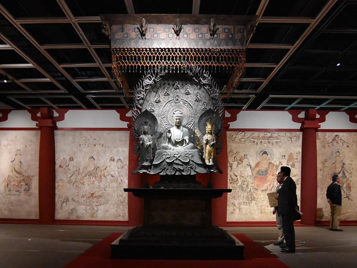 焼損(劣化)した金堂壁画十二面を同素材で焼損前の状態まで復元し、間近で見ることができない釈迦三尊像を金銅仏で再現。音と香りも交え空間を一体として再現している