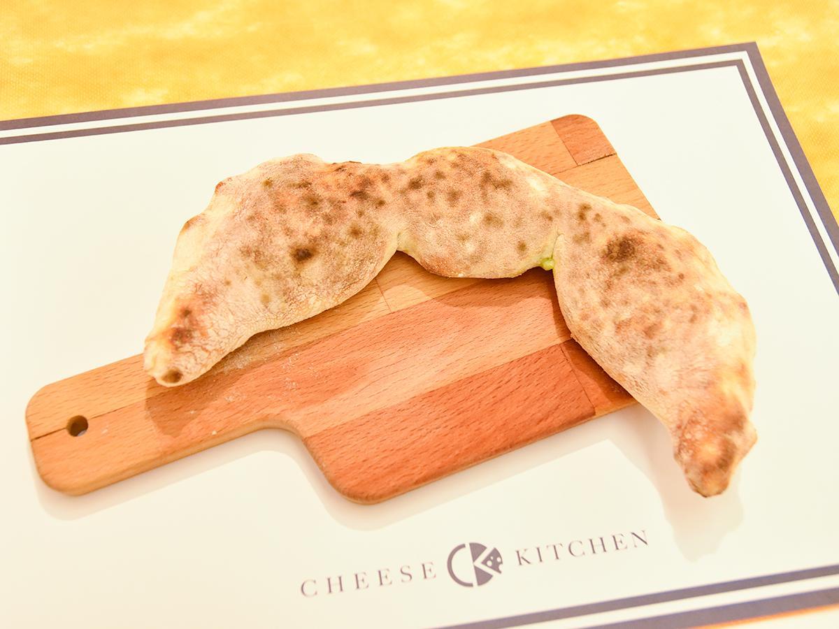 枝豆の形に包み焼きした「枝豆型チーずんだピザ」