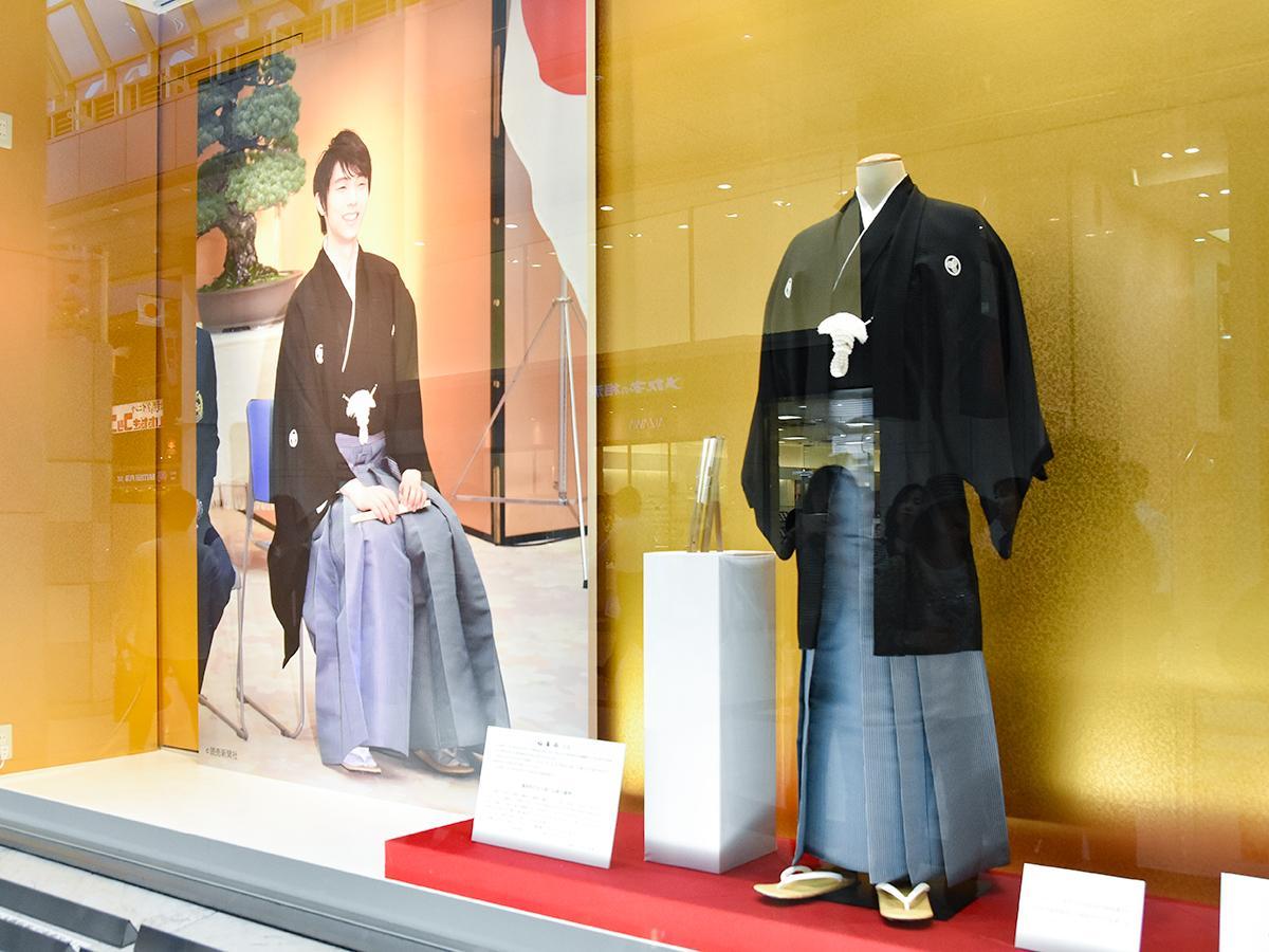 藤崎本館大町側ウインドーに展示されている羽生選手が着用した「仙台平」と、国民栄誉賞授賞式に臨んだ羽生選手のパネル