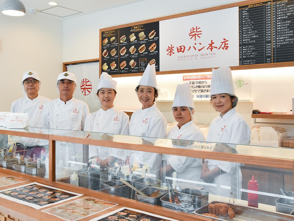 注文を受けてからコッペパンに具材を挟んで提供する「柴田パン本店」スタッフの皆さん