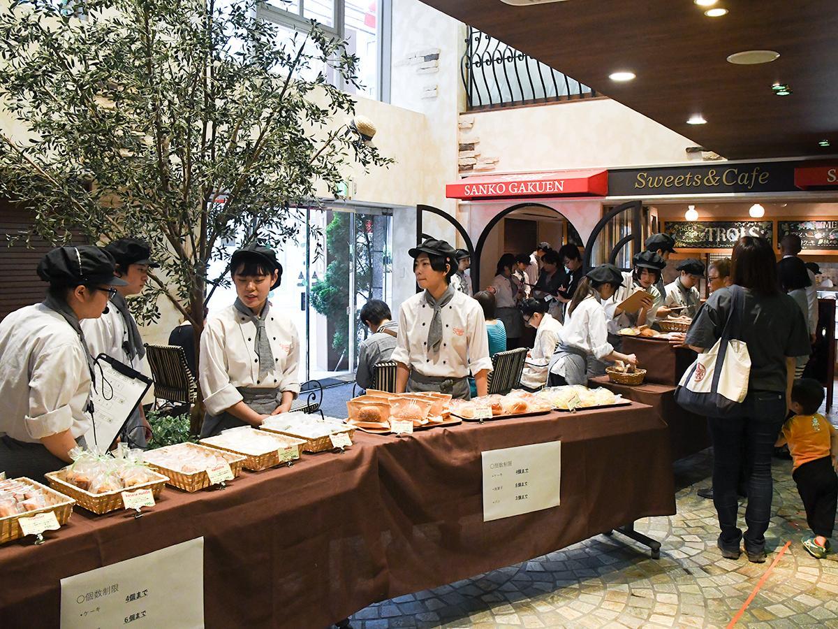 接客やレジ、補充、奥では製造と、生徒たちがそれぞれの持ち場で働く店舗実習の様子