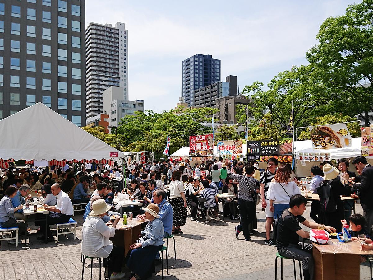 赤ちょうちんをディスプレーし、横丁の雰囲気を再現する「仙臺横丁フェス」。写真は昨年の様子