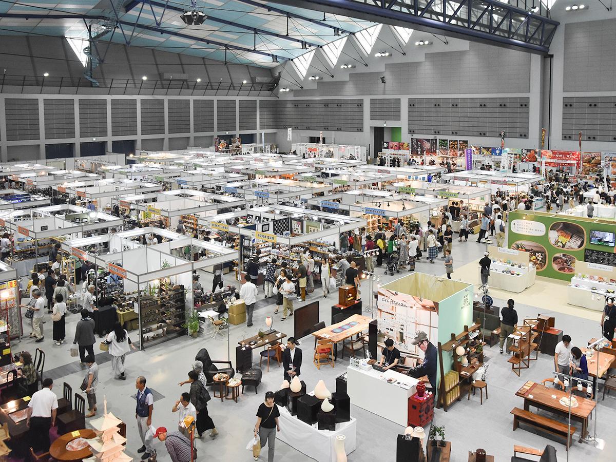 全国120の窯元・作家を集めた昨年の会場の様子。今年はさらに出展者が増える