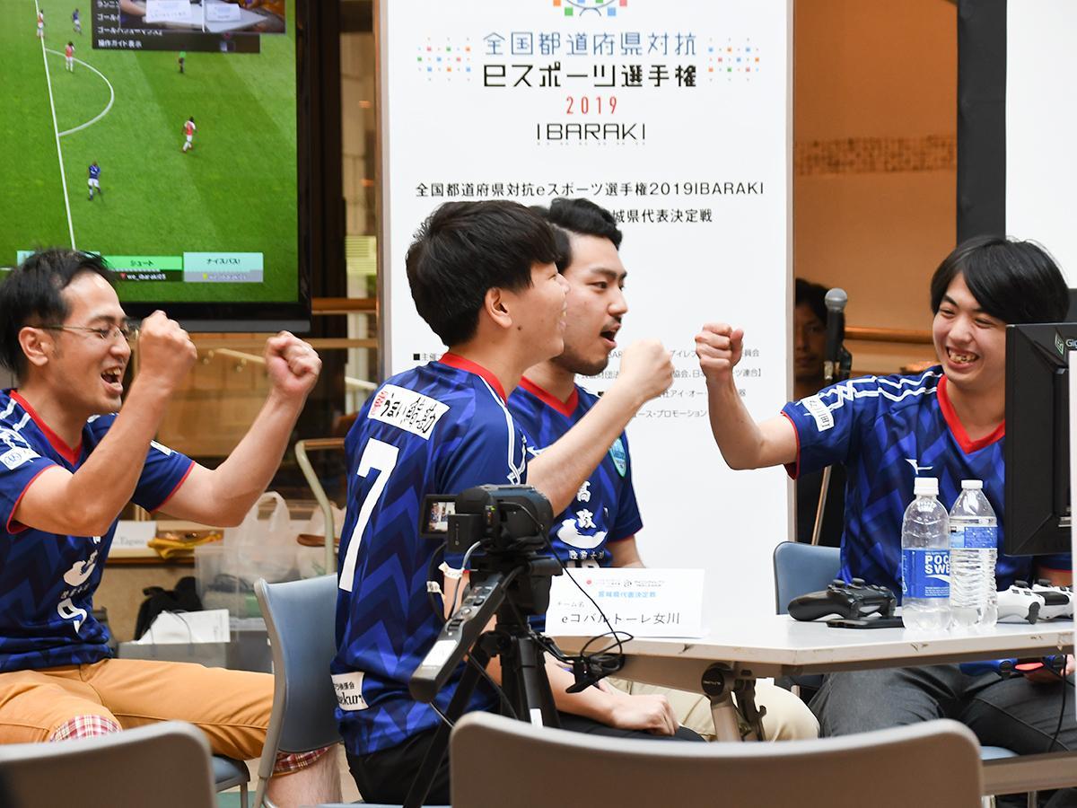 延長で勝ち越しゴールを決め喜ぶeコバルトーレ女川の選手たち