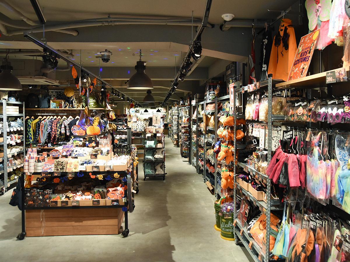 奥に長い店内の両脇と中央に商品が並ぶ「オーサムストア」