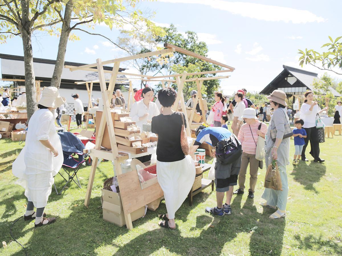 齋理屋敷の庭園で展開するマーケット