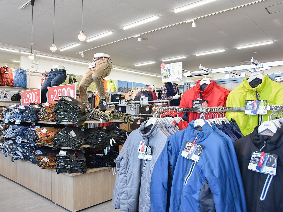 店舗面積100坪の南仙台店。約1700アイテム、うちカジュアルウエアは約300アイテムをそろえる