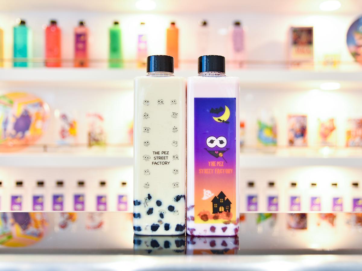 タピオカドリンクの「ミルクティ」(左)と「いちごミルク」。店のキャラクター「PEZ」がデザインされたボトルはハロウィーンなど期間限定バージョンも