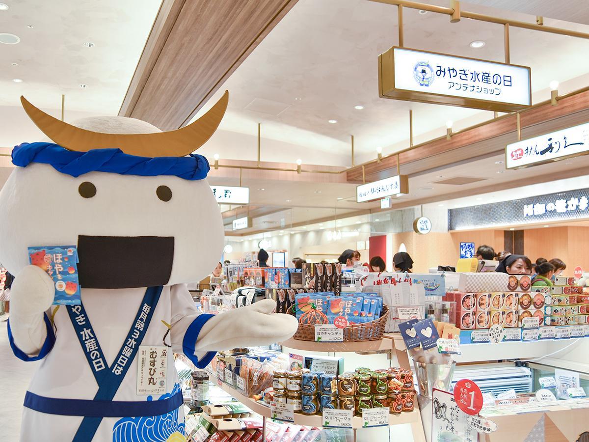 販売初日、みやぎ水産の日アンテナショップに駆け付け商品をアピールする仙台・宮城観光キャンペーンキャラクターの「むすび丸」