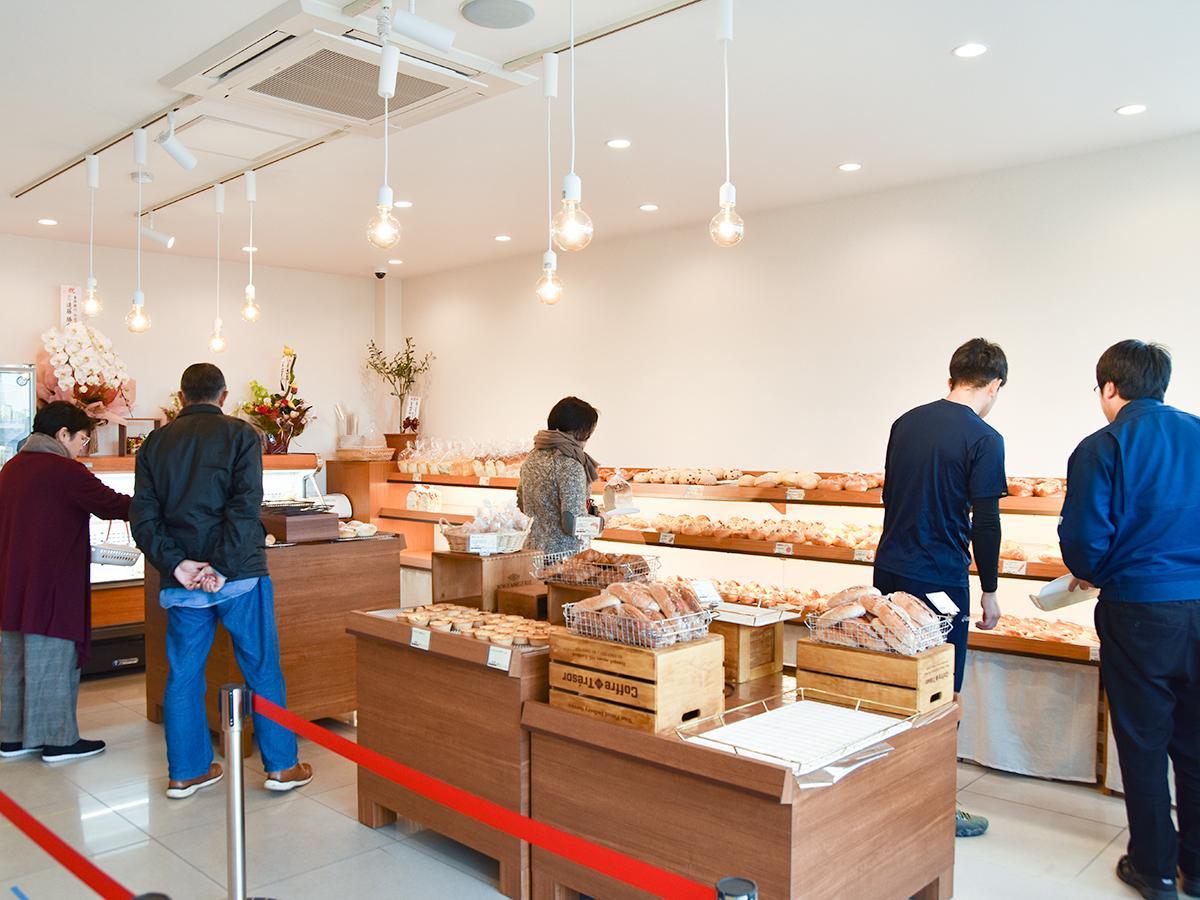プレオープンには近隣に勤める会社員らが来店し、パンを買い求めた