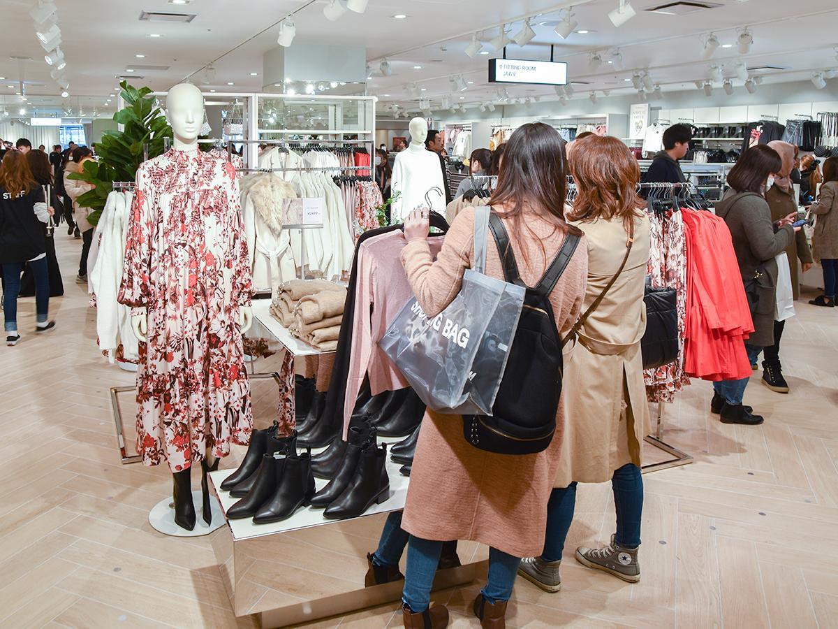 女性客でにぎわうオープン初日の「H&M 仙台PARCO店」店内