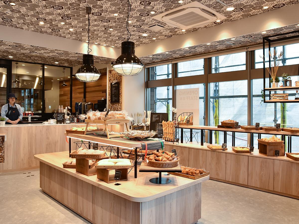 宮城野通に面した「THE MOST BAKERY&COFFEE」仙台東口店の店内