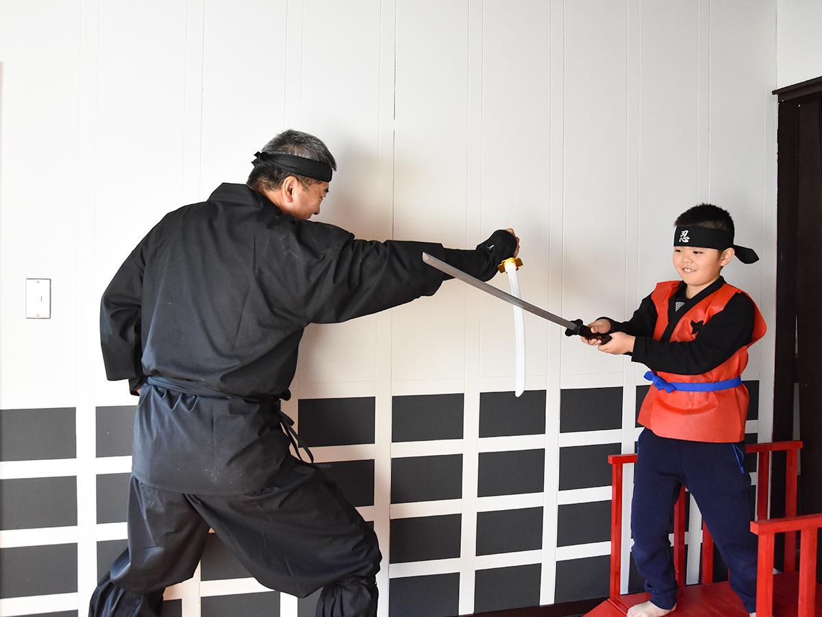 齋藤さんと忍者体験を楽しむ小学2年生の阿部全くん