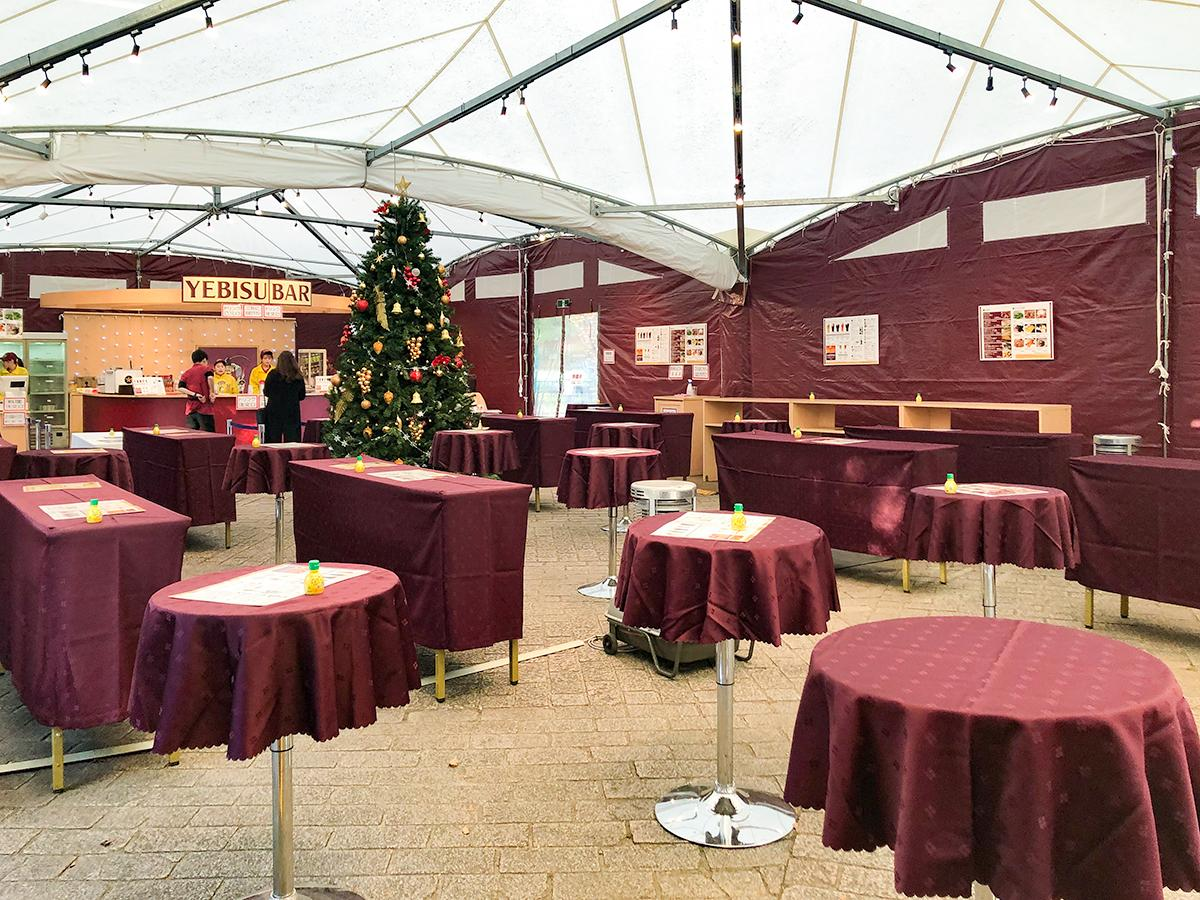 クリスマスツリーも飾られた「ヱビスバー」テント内
