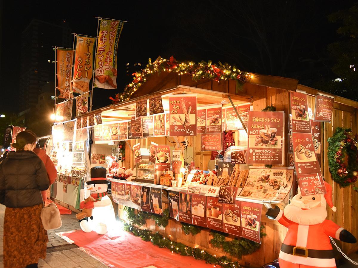 イルミネーションで飾られたヒュッテ風のブースでフードやドリンクを販売