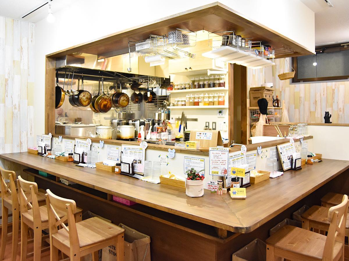 白と木目を基調にした「仙臺スパイスカレー こぐま食堂」店内